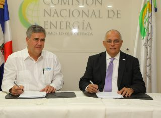 El licenciado Angel Canó, director CNE  y  el administrador de Levital Group Inversor SRL, Eusebio Jaime Llinares Leicht.