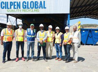 Técnicos de la CNE  junto a los representantes de la planta Cilpen Global.
